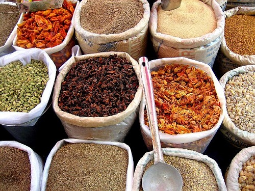 640px-Spices_in_an_Indian_market