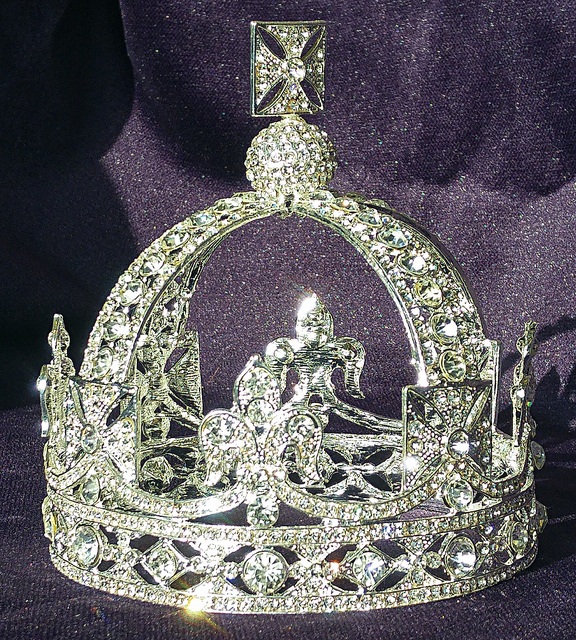 Difference Between King and Queen Crown