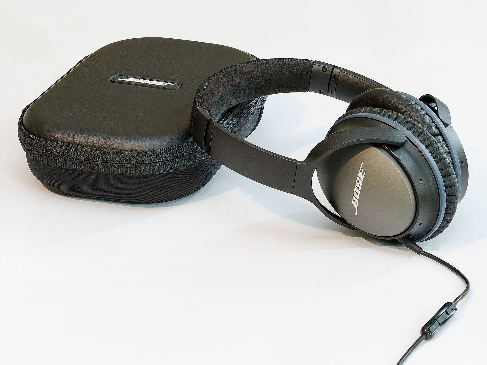 Difference Between Noise Canceling Headphones and Earbuds